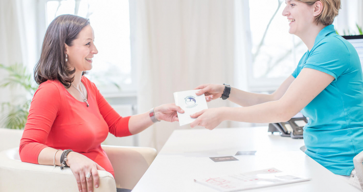 Übergabe des Mutterpasses an Schwangere durch Frauenärztin